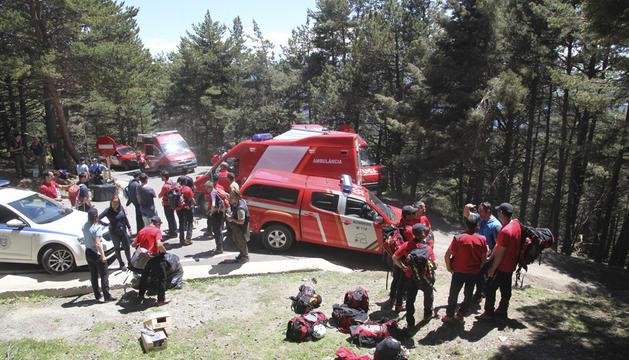 Membres dels bombers durant un rescat.