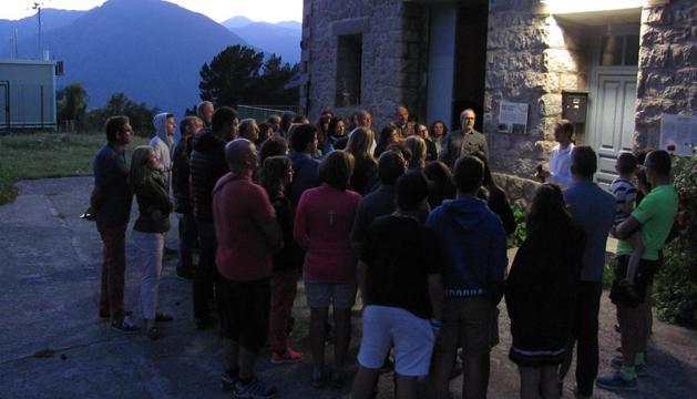 Un grup de persones a la visita nocturna al camí hidroelèctric d'Engolasters