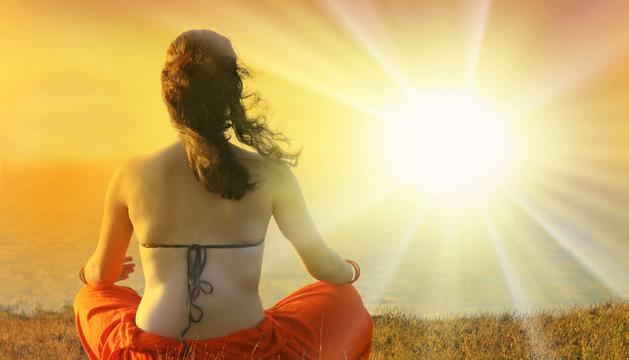 Una noia pren el sol.