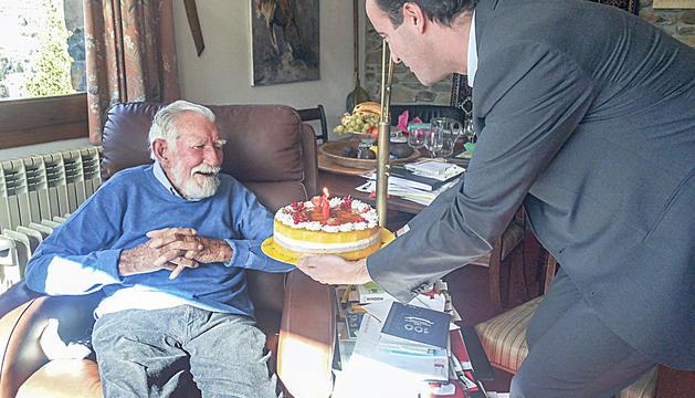 David Baró felicita Allcard el dia que va complir 100 anys.