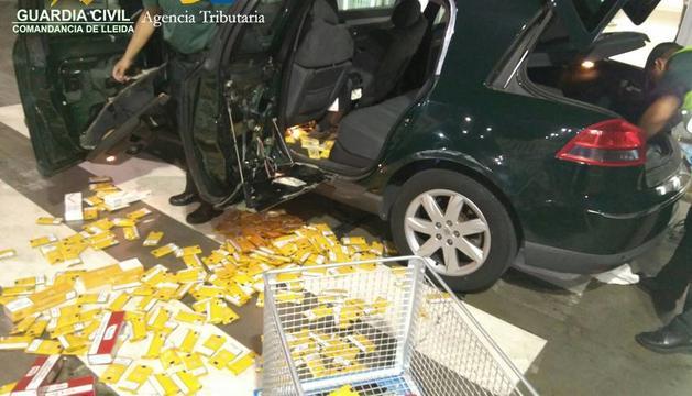 Els agents traient el material intervingut en un dels vehicles controlats.