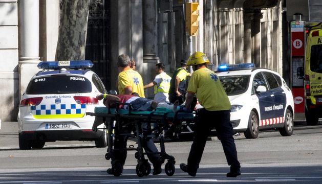 Equips d'emergències atenent a les víctimes.