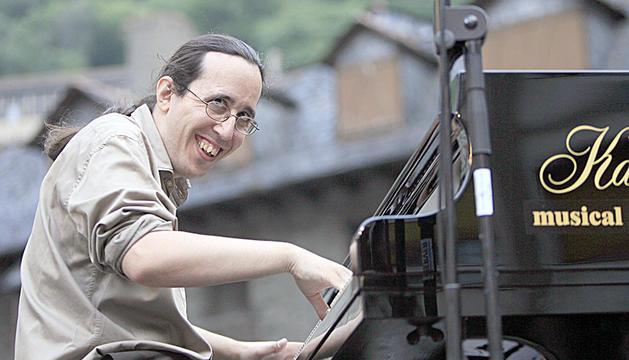 Lluís Coloma amb el seu inseparable piano.