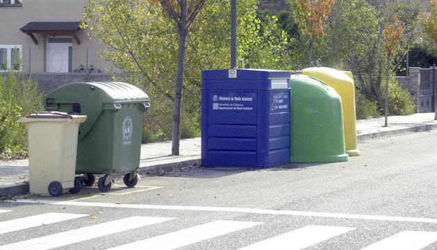 Uns contenidors a la Seu d'Urgell.