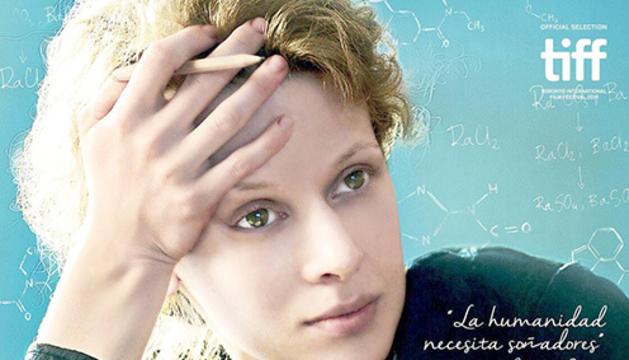 Marie Curie. Aquesta pel·lícula biogràfica és francopolaca i va participar en el Festival Internacional de Toronto. Explica la història de Marie Curie, una científica que va rebre el premi Nobel de química el 1911, en una època on el món científic estava dominat per homes. Tracta molt bé el tema femení, i ja només per això resulta interessant veure-la.