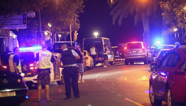 Membres de les forces de seguretat ahir a la nit a Cambrils.