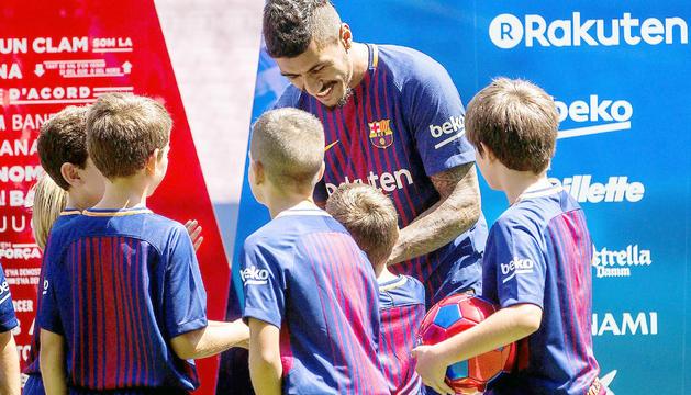 El nou fitxatge del Barça, Paulinho Bezerra, al Camp Nou ahir durant la presentació atenent els petits.