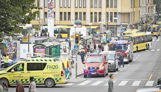 Els equips d'emergències a la plaça Turku, on es va produir l'atac.