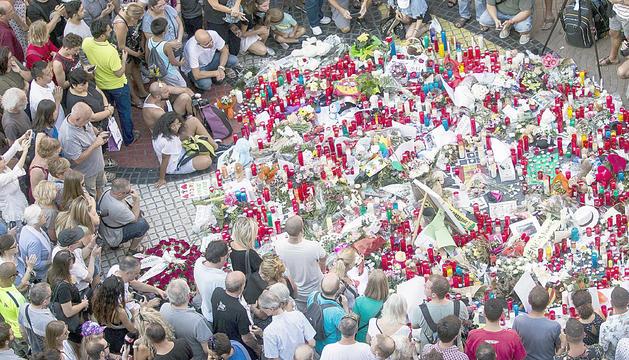 Emotiu homenatge a la Rambla de Barcelona en record de les víctimes dels atemptats.
