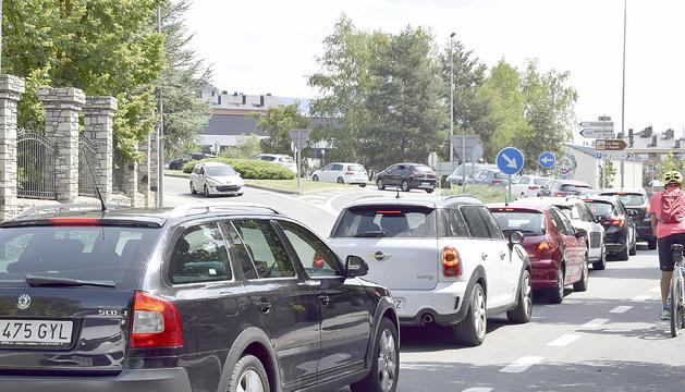 Vehicles aturats a la rotonda d'entrada a la Seu.