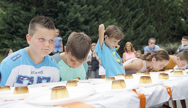 El concurs de menjar flams és un dels clàssics de la parròquia.