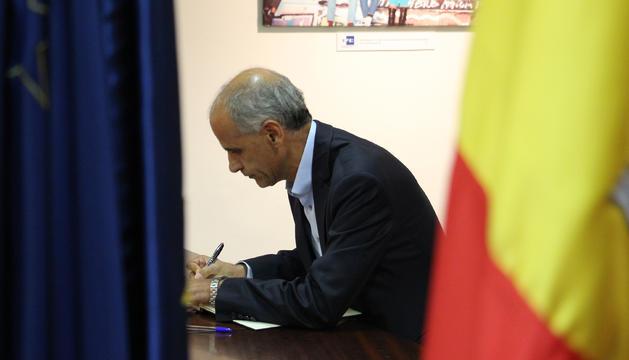 El cap de Govern, Toni Martí, signant al llibre de condolences a l'ambaixada d'Espanya.