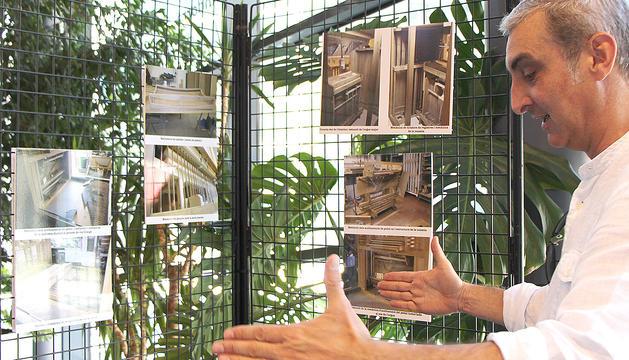 Ignacio Ribas mostrant l'exposició sobre els 10 anys de l'orgue de la Massana.