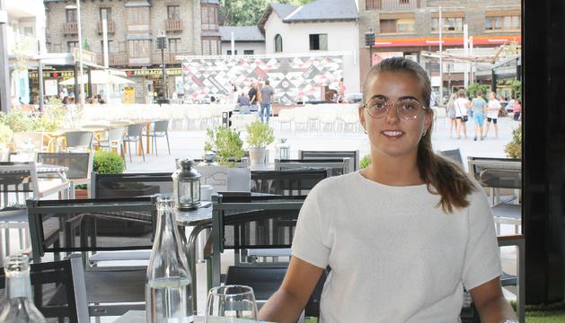 La Clàudia acompanya la conversa amb un Nestea a la terrassa del Roc Blanc.
