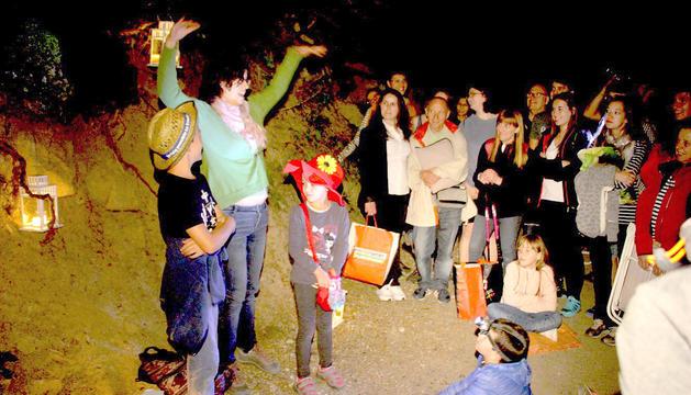 Un moment de la visita de nit al Camí Hidroelèctric d'Engolasters.