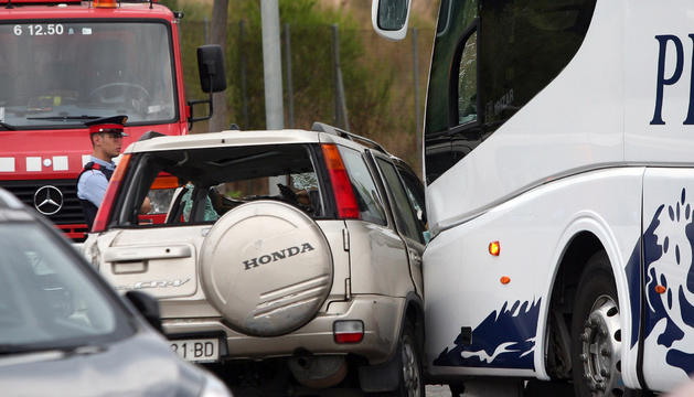El cotxe va col·lidir amb un autobús de línia regular.