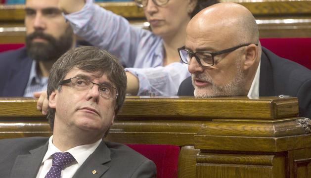 Carles Puigdemont i el portaveu de Junts pel Sí, Lluís Corominas, en un ple al Parlament català.