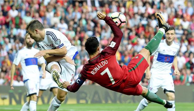 Portugal es desfà de les Illes Fèroe amb un hat-trick de Cristiano