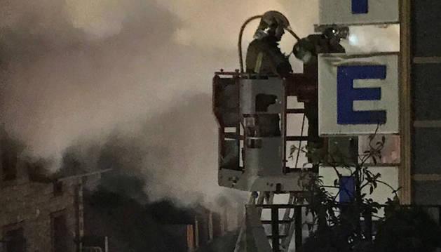 Els bombers treballant a la zona afectada.