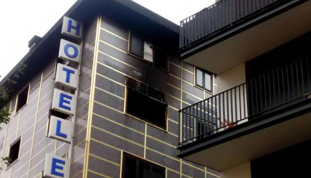 Els bombers encara treballen a l'hotel Eureka.
