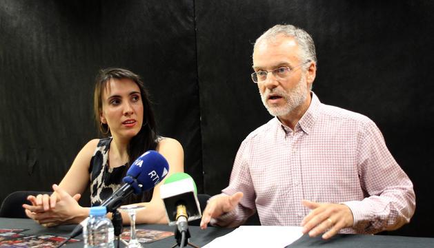 Jonaina Salvador, directora artística i general de la Temporada d'Òpera, i Josep Roig, conseller de Cultura de Sant Julià, presenten el cor de l'òpera d'Andorra.