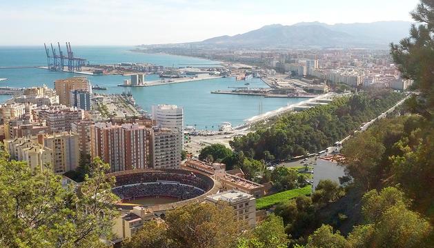 Vista de Màlaga des del castell de Gibralfaro, amb la plaça de toros als peus