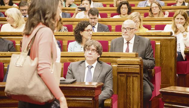 Arrimadas s'adreça al seu escó, ahir durant el ple parlamentari.