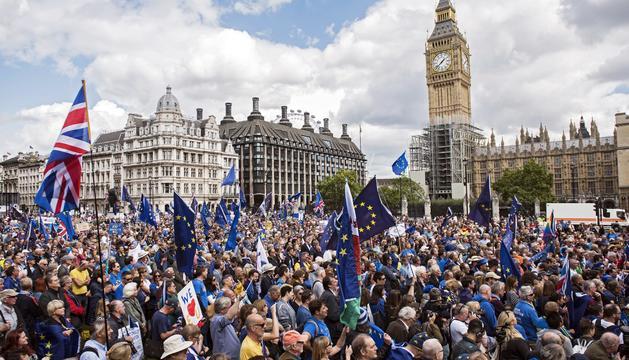 Els milers de manifestants a favor de la Unió Europea.