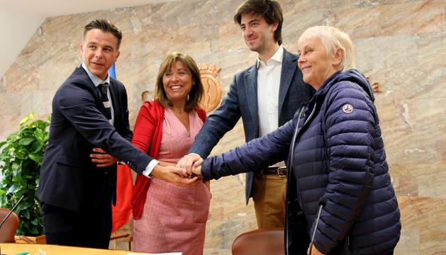 El cònsol menor d'Andorra la Vella, Marc Pons;la cònsol major, Conxita Marsol; el president de l'associació del Cor dels Petits Cantors d'Andorra, Carles Enseñat; i la directora del Cor dels Petits Cantors, Catherine Métayer, presenten l'acord de col·laboració.
