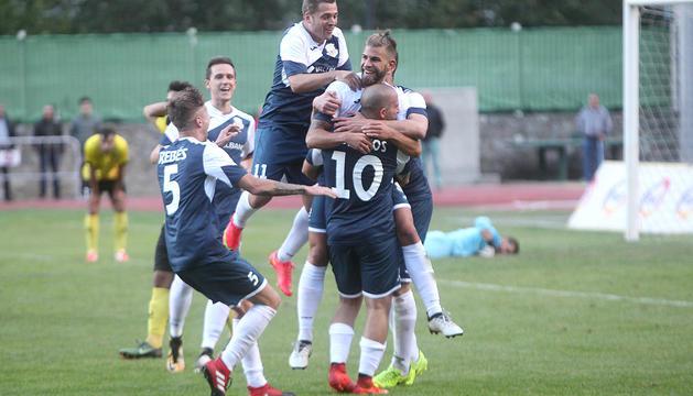 Els jugadors del Vallbanc Santa Coloma celebrant el gol de la victòria de Moi San Nicolás.