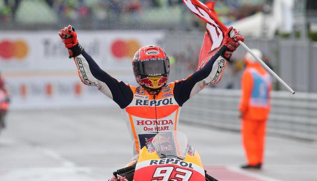 El pilot de Cervera Marc Márquez aixeca els braços després de guanyar el Gran Premi de San Marino.