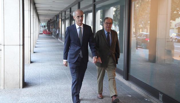Toni Martí en el moment d'arribar a la Batllia acompanyat de l'advocat Manuel Pujadas
