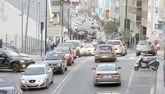 Vehicles al carrer de la Unió, el més trànsitat del país.