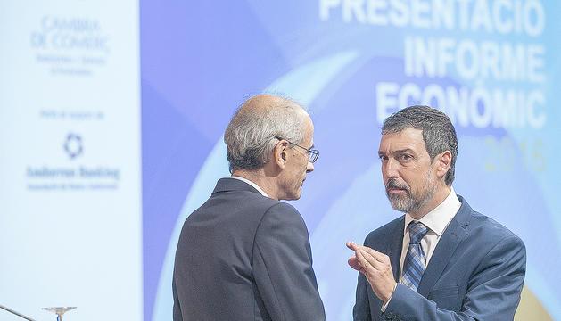Toni Martí i Marc Pantebre se saluden abans de la presentació de l'informe econòmic.