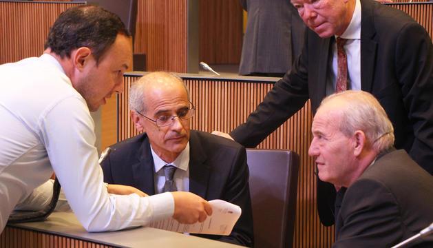 El cap de Govern analitza amb altres membres de DA les propostes de resolució presentades.