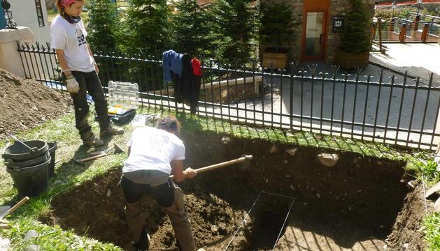 Els arqueòlegs treballant a la fossa