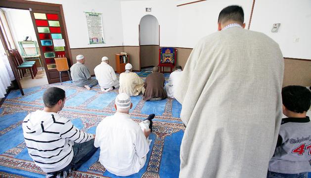 Un grup de musulmans durant la pregària.