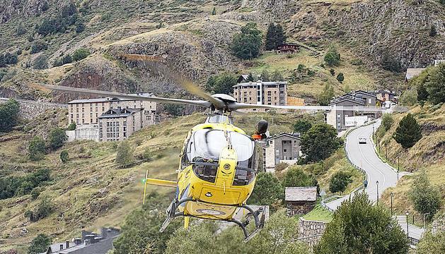 L'helicòpter en el moment de sortir del Tarter.