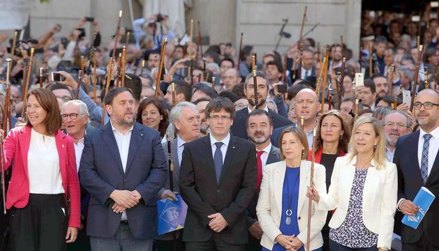 Puigdemont, Junqueras i els alcaldes investigats, a la plaça Sant Jaume.