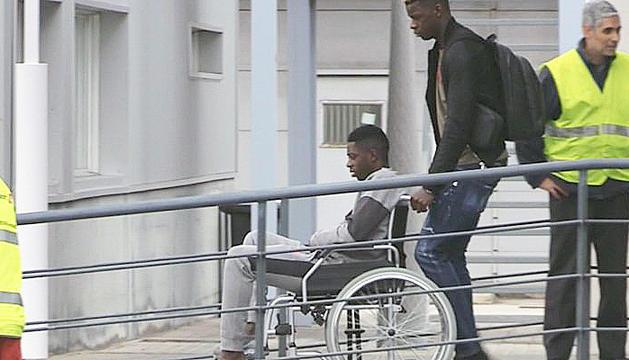 Dembélé, en cadira de rodes abans de viatjar cap a Hèlsinki.