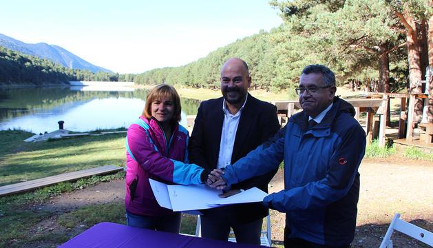 La cònsol major d'Escaldes-Engordany, Trini Marín, el cònsol major d'Encamp, Jordi Torres, i el director de FEDA, Albert Moles, després de signar el conveni.