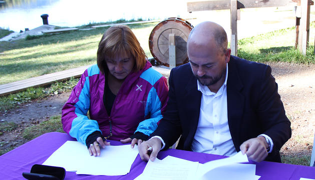 La cònsol major d'Escaldes-Engordany, Trini Marín, i el cònsol major d'Encamp, Jordi Torres, signant el conveni d'Engolasters.