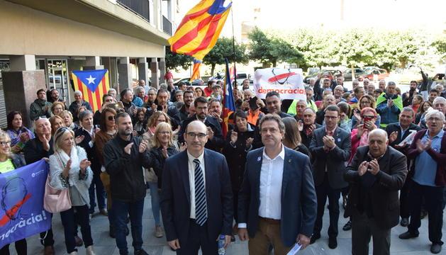 Concentració en suport als alcaldes, ahir a la Seu d'Urgell.