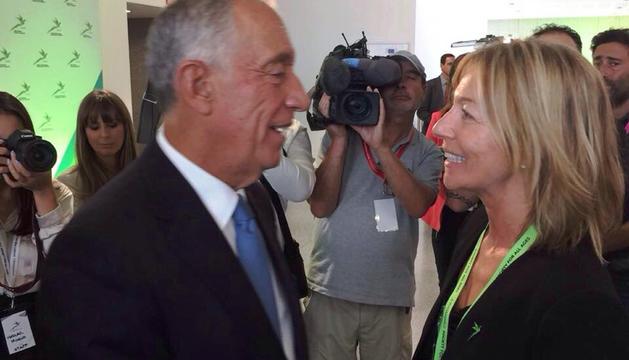 La secretària d'Estat d'Afers Socials, Ester Fenoll, conversa amb el president de Portugal, Marcelo Rebelo de Sousa.