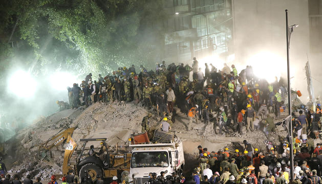 Centenars de persones col·laborant en el rescat de víctimes.
