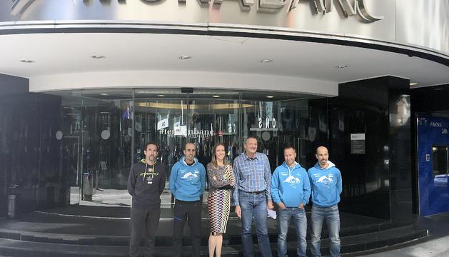 L'equip de la FAM, ahir davant les portes de la seu de MoraBanc.