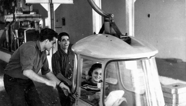 Uns treballadors a la sortida d'una cabina.