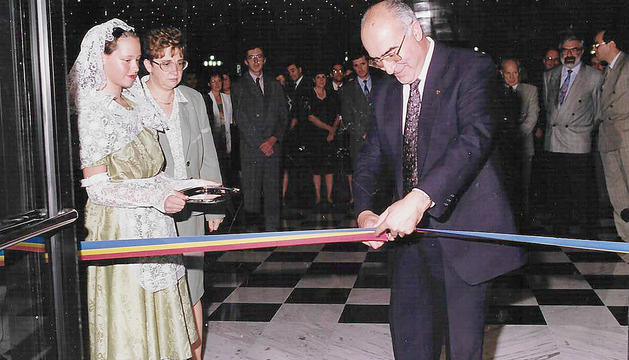 El cònsol major del moment, Ricard Tor, talla la cinta inaugural del nou equipament.