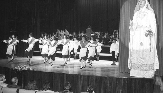 L'espectacle inaugural, que va implicar les entitats que funcionaven a la parròquia.