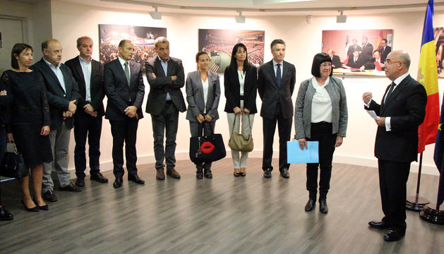 La presidenta de la SAC, Àngels Mach, rep el distintiu de la mà de l'ambaixador espanyol a Andorra, Manuel Montobbio.